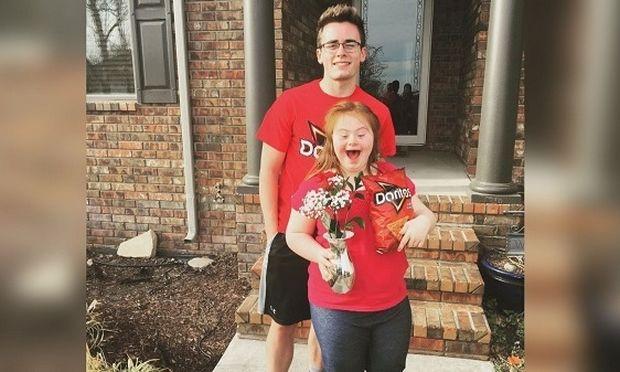 Ζήτησε από τη φίλη του με σύνδρομο Down να τoν συνοδεύσει στο χορό του σχολείου και η πρόταση έγινε viral