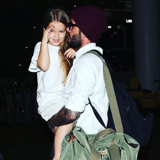 Η Harper Beckham γίνεται μοντέλο για τη μαμά της και της δίνουμε το like μας