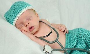 Νεογέννητα μωρά: Οι πρώτες εξετάσεις που γίνονται στο μαιευτήριο αμέσως μετά τη γέννησή τους