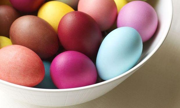 Παντζάρι, κόκκινο λάχανο, κρεμμύδι, κουρκουμάς: 4 φυσικοί τρόποι για να βάψετε τα αβγά σας!