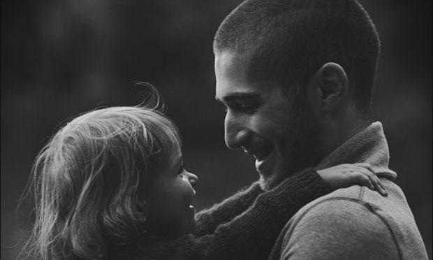 Ο,τι πιο γλυκό: Ευτυχισμένοι μπαμπάδες κρατούν αγκαλιά τα μωρά τους (φωτογραφές)