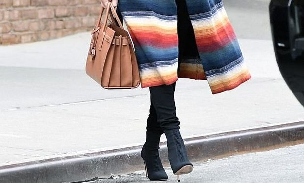 To πασίγνωστο μοντέλο κυκλοφορεί με το εκπληκτικότερο παλτό που είδαμε ποτέ σε έγκυο!