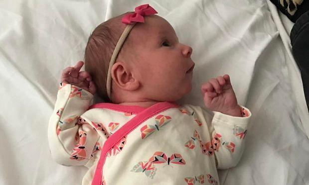 3 εβδομάδες μετά τη γέννηση της κόρης του, δημοσίευσε την πρώτη της φωτογραφία