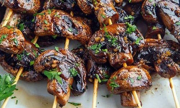 Νηστίσιμη συνταγή: Σουβλάκια μανιταριών με σκόρδο και βαλσάμικο
