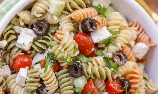 Συνταγή για εύκολη μακαρονοσαλάτα με ντοματίνια και φέτα