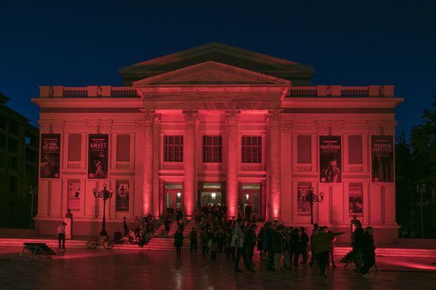 Παγκόσμια Ημέρα Αιμορροφιλίας: Ο Λευκός Πύργος και το Δημοτικό Θέατρο Πειραιά «ντύθηκαν» στα κόκκινα!