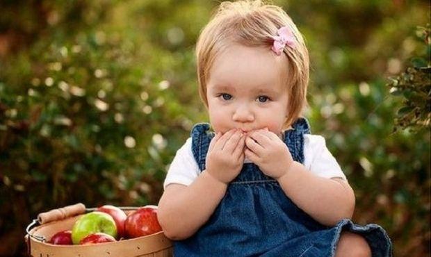 Το λάθος που κάνουν οι γονείς όταν τρώνε τα παιδιά τους