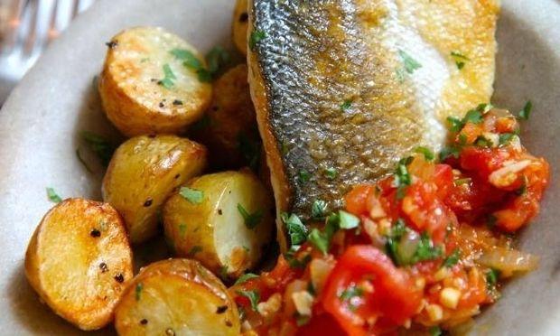 Λαβράκι στο φούρνο με πατάτες: Υγιεινό και πεντανόστιμο