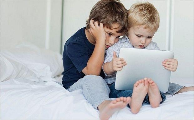 Γιατί δεν πρέπει τα παιδιά έως δύο ετών να παίζουν με κινητά και tablets