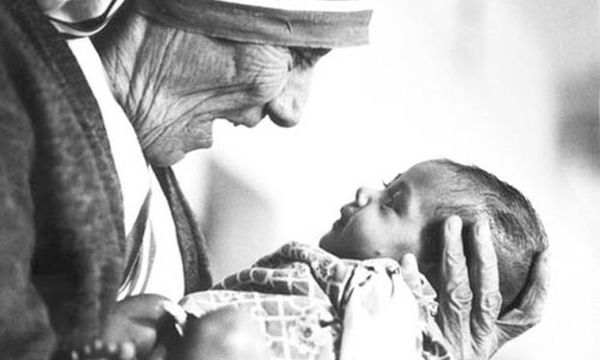 Πώς οι μαμάδες μπορούν να αλλάξουν τον κόσμο: 7 τρόποι από τη Μητέρα Τερέζα