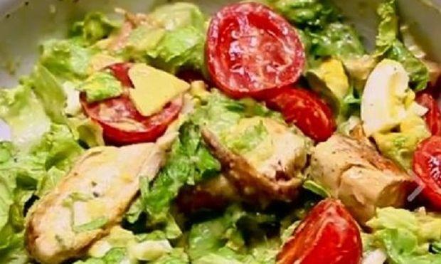 Δροσερή πράσινη σαλάτα με κοτόπουλο και αβοκάντο