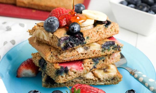 Pancakes με φρούτα: Απλά ένα ακαταμάχητο κολατσιό για τα παιδιά αλλά και για εσάς