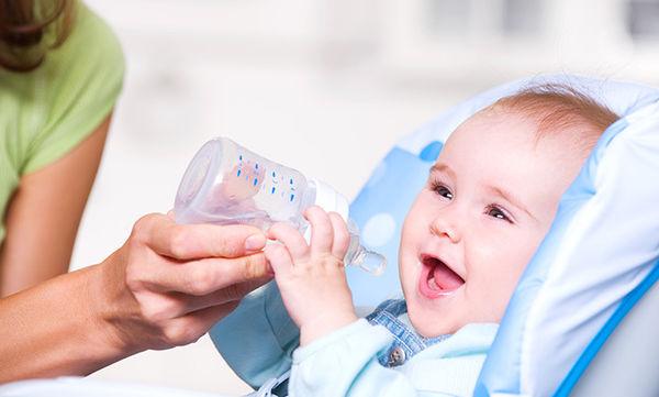 Μπορώ να δίνω νερό σε μωρό μικρότερο των 6 μηνών;