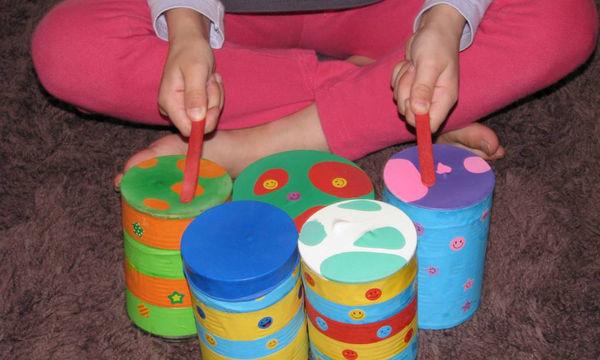 Τέσσερα εύκολα μουσικά όργανα που μπορείτε να φτιάξετε μόνες για να απασχολήσετε το παιδί σας