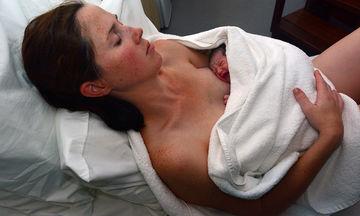 Δέκα πράγματα που μπορείς να ρωτήσεις μια μαμά με νεογέννητο εκτός από το «Είναι ήσυχο μωράκι;»