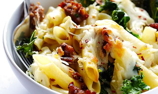 Πέννες με λουκάνικο και μοτσαρέλα στο φούρνο