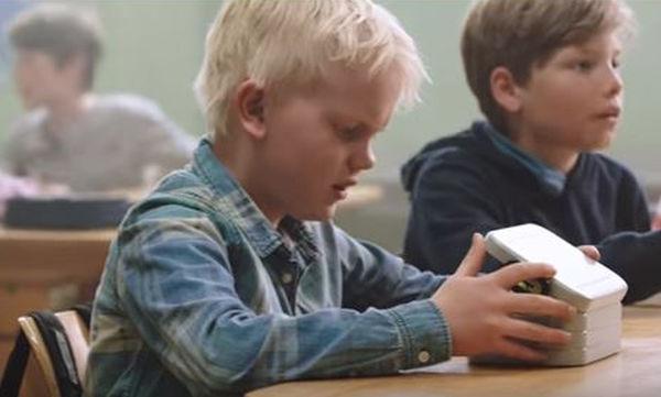 Δείτε το βίντεο για την αναδοχή παιδιού που έχει συγκινήσει το διαδίκτυο