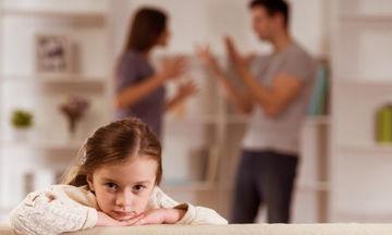 Αρνείται να πληρώσει τη διατροφή των παιδιών; Αυτές είναι οι κυρώσεις