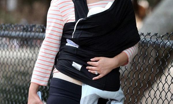 Η αγαπημένη ηθοποιός, χαμογελαστή και ευδιάθετη, με την 3 μηνών κορούλα της στο sling
