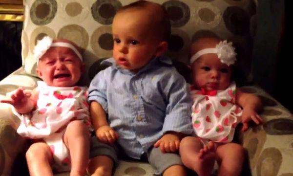 Ο μικρούλης μένει άφωνος όταν βλέπει για πρώτη φορά τις δίδυμες αδερφές του