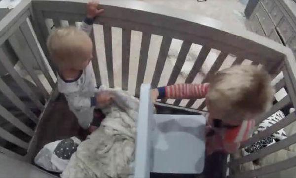 Η μεγάλη «απόδραση» από το παιδικό κρεβάτι – Το βίντεο που έγινε viral