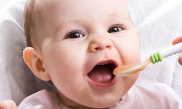 Πώς να δώσετε τις πρώτες στερεές τροφές στο μωρό