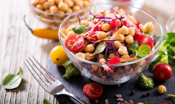 Καλοκαιρινή και θρεπτική σαλάτα: Ρεβίθια με κίμινο και λιαστές ντομάτες!