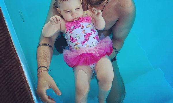 Έλληνας τραγουδιστής με την κόρη του στην πισίνα