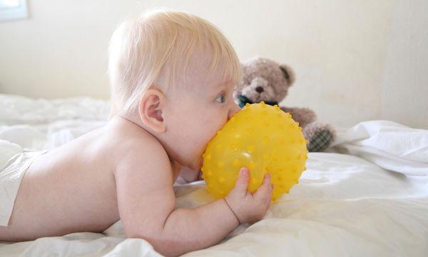 Πόσο συχνά πρέπει να πλένετε τα παιχνίδια του μωρού σας; Ίσως εκπλαγείτε
