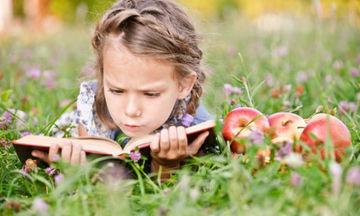 Καλοκαίρι και παιδί- Πρέπει να διαβάζουν τα παιδιά το καλοκαίρι;