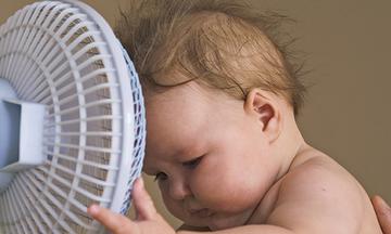 Καύσωνας και κλιματιστικό: Τι πρέπει να γνωρίζετε αν έχετε μωρό στο σπίτι