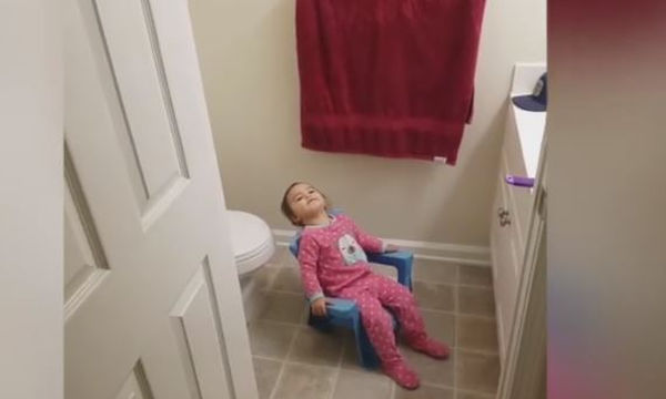 Το μωρό θέλει να μείνει μόνο του όμως η μαμά του δεν το αφήνει σε ησυχία