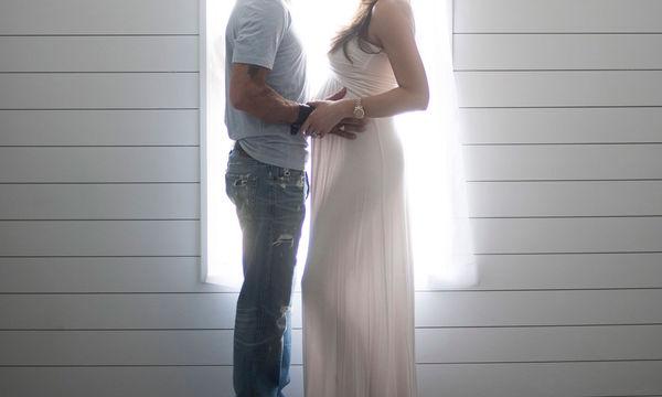 «Αυτό είναι τεράστια έκπληξη!», το μήνυμα γνωστού τραγουδιστή για την εγκυμοσύνη της γυναίκας του