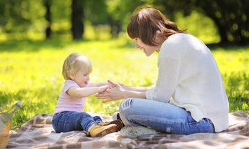Πώς να γνωρίσετε στο μωρό σας την μπέιμπι σίτερ του
