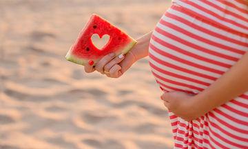 Oι επτά τροφές που θα σας κρατήσουν ενυδατωμένες το καλοκαίρι κατά την εγκυμοσύνη σας