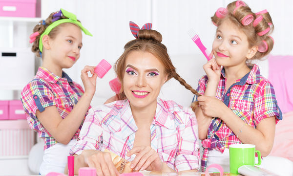 Πέντε εύκολα καλοκαιρινά χτενίσματα για μαμάδες