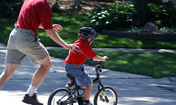 Πώς θα μάθετε ποδήλατο σε ένα μεγαλύτερης ηλικίας παιδί