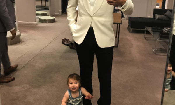 Γνωστός παρουσιαστής παντρεύεται και διαλέγει κοστούμι με την κόρη του