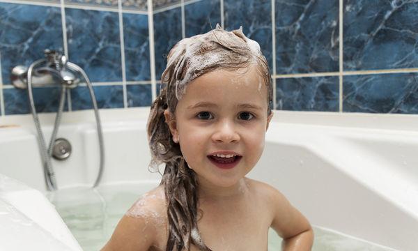Ποια είναι η κατάλληλη ηλικία για να κάνει το παιδί μου μόνο του μπάνιο;