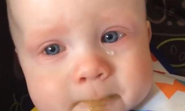 Το βουβό κλάμα ενός μωρού όταν ακούει τη μαμά του να του τραγουδάει