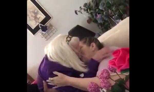 Σε όποια ηλικία κι αν είσαι, πάντα έχεις ανάγκη την αγκαλιά της μάνας (vds)