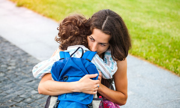 Πρώτη φορά που αποχωρίζεστε το παιδί για το σχολείο; Πριν βάλετε τα κλάματα θυμηθείτε τα εξής
