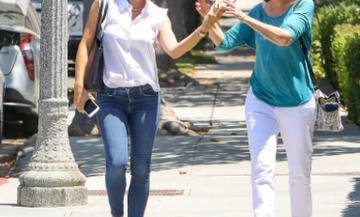 Διάσημη ηθοποιός αχώριστη με την πρώην πεθερά της - Η βόλτα, τα γέλια και οι αγκαλιές