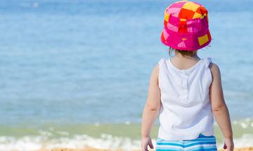 Το παιδί σας φοβάται τη θάλασσα: Δείτε πώς θα το βοηθήσετε να το ξεπεράσει