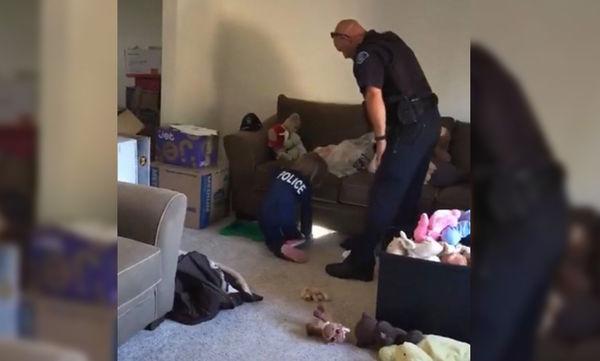 Αστυνομικός βοηθάει κοριτσάκι να «διώξουν» τα φαντάσματα από το νέο της σπίτι