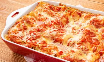 Λαζάνια με λαχανικά και τυρί: Η συνταγή που θα κάνει τα παιδιά σας να φάνε μελιτζάνα και κολοκυθάκια