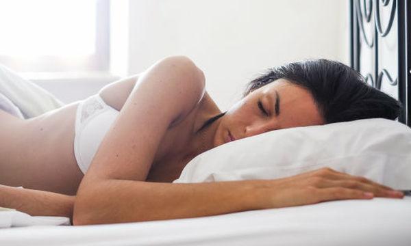 Κοιμάσαι με σουτιέν; Αυτοί είναι οι μύθοι και οι αλήθειες για την αγαπημένη σου συνήθεια