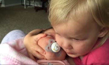 Η αγκαλιά της αδελφής σου, αξία ανεκτίμητη – Το viral video για την αδελφική αγάπη
