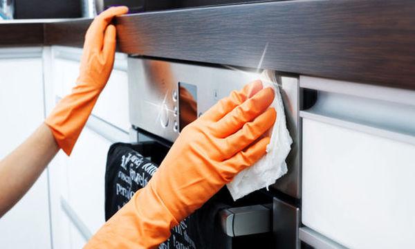 Καθαρίστε εύκολα και με χοντρό  αλάτι το φούρνο της κουζίνας