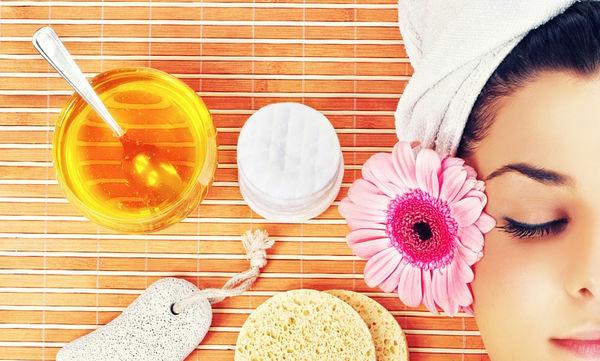 Πέντε απλά και φυσικά μυστικά ομορφιάς με μέλι
